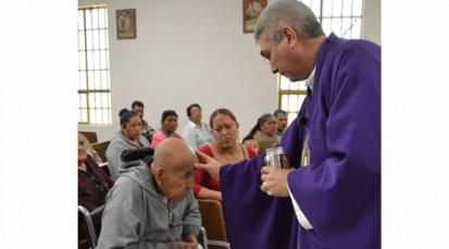 Cómo debemos acompañar a los enfermos y orar por ellos