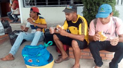 Venezolanos que viajan a pie, reciben alimento de la Diócesis de Cúcuta