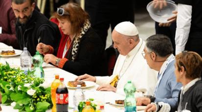 """""""¡Buen almuerzo!"""": El Papa Francisco a 1.500 pobres, con quienes compartió los alimentos."""