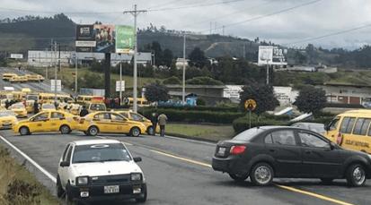 Manifestaciones obstaculizan vías principales en Ecuador